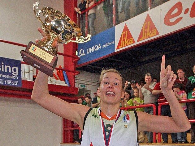 Ivana Večeřová se raduje z titulu.