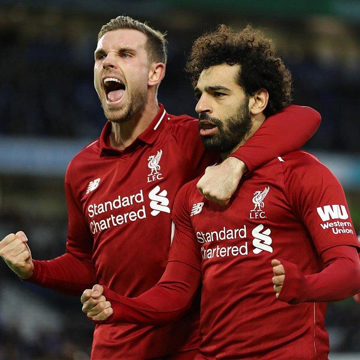 Jordan Henderson (vlevo) a Mohamed Salah z Liverpoolu.
