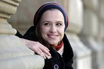 """ULICE, VINOHRADY... A FILM? Zuzana Vejvodová hraje vedle seriálu Ulice též v Divadle na Vinohradech. A ráda by si vyzkoušela roli ve filmu, s který je pro ni zatím """"pole neorané""""."""