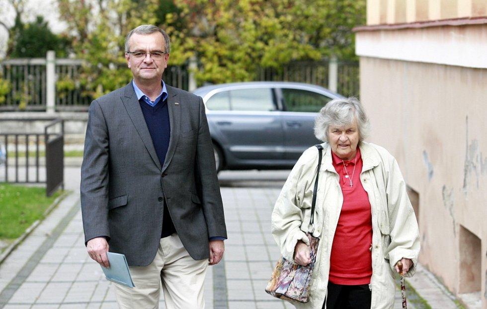 Miroslav Kalousek doprovodil k volbám 2013 svou maminku (1929) v Bechyni ve Staré škole.