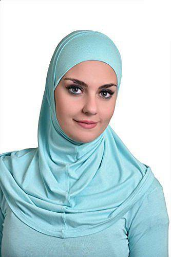 Amira je pokrývka složená ze dvou částí. Je okolo hlavy spíše utažená, aby neodhalovala krk a vlasy.