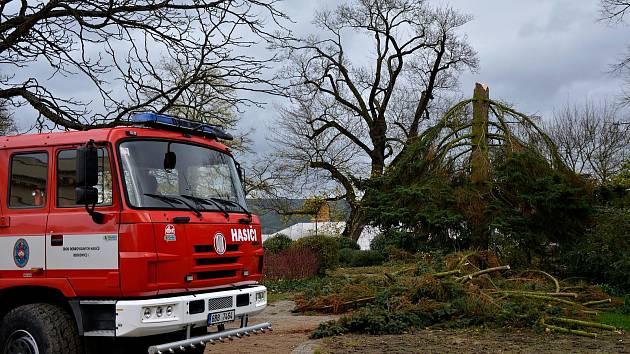 Výjezd hasičů po ničivé vichřici.