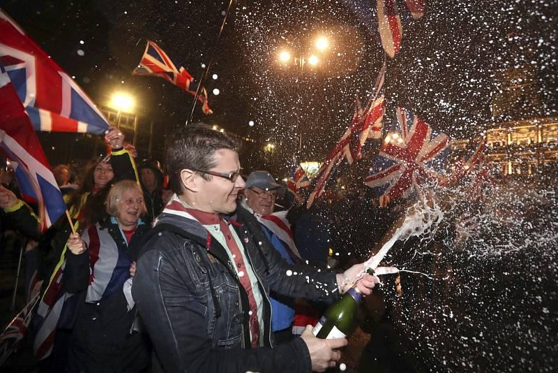 …šampaňské teklo proudem…