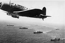 Americký bombardér bombardér SB2U Vindicator hlídkuje v roce 1941 nad konvojem WS-12 směřujícím do Kapského Města. Protiponorkové hlídky byly součástí americké pomoci ještě před oficiálním vstupem USA do války