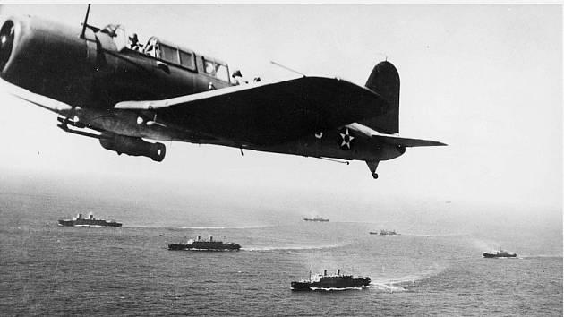 Americký bombardér bombardér SB2U Vindicator z USS Rangerhlídkuje v roce 1941 nad konvojem WS-12 směřujícím do Kapského Města. Protiponorkové hlídky byly součástí americké pomoci ještě před oficiálním vstupem USA do války