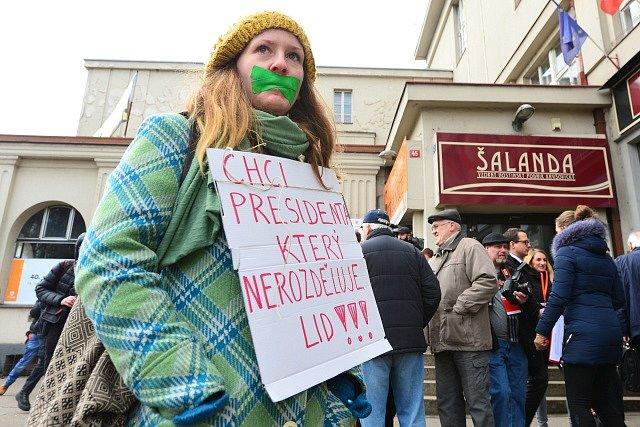 Asi dvacet lidí se zalepenými ústy a transparenty protestovalo 18. února 2018 proti prezidentu Miloši Zemanovi a premiérovi Andreji Babišovi (ANO) před kulturním domem Střelnice v Hradci Králové, kde se konal mimořádný volební sjezd ČSSD.