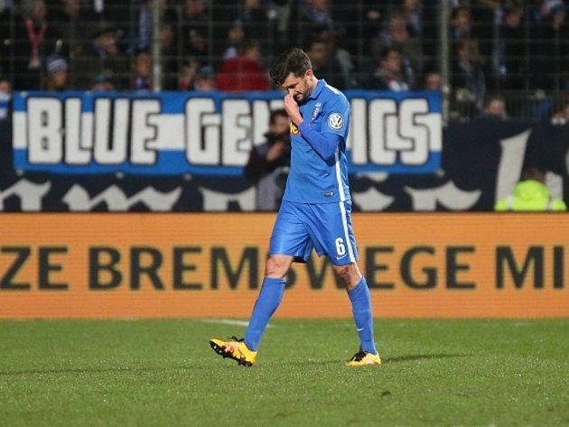 Jan Šimůnek z Bochumi míří ze hřiště po červené kartě v zápase s Bayernem Mnichov.