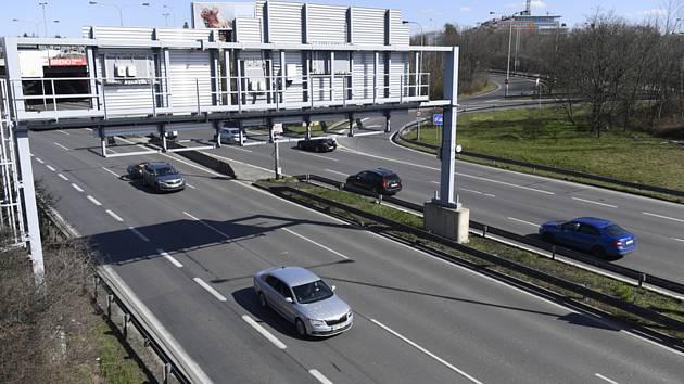 Snímek z 23. března 2020 ukazuje mírný provoz na pražské Jižní spojce v Praze