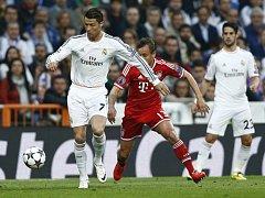 Cristiano Ronaldo z Realu Madrid (vlevo) se snaží prosadit proti Bayernu Mnichov.