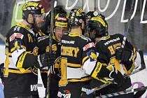 Hokejisté Litvínova se radují z gólu proti Brnu.