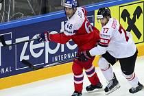 Jaromír Jágr (vlevo) a Robin Grossmann ze Švýcarska.
