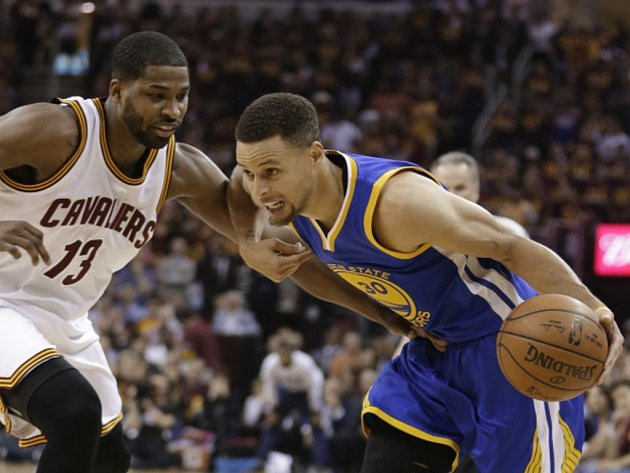 Stephen Curry z Golden State (vpravo) a Tristan Thompson z Clevelandu.