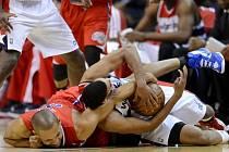 Garrett Temple z Washingtonu (vpravo) a Grant Hill z LA Clippers se nenechali rozhodit ani pádem na zem.