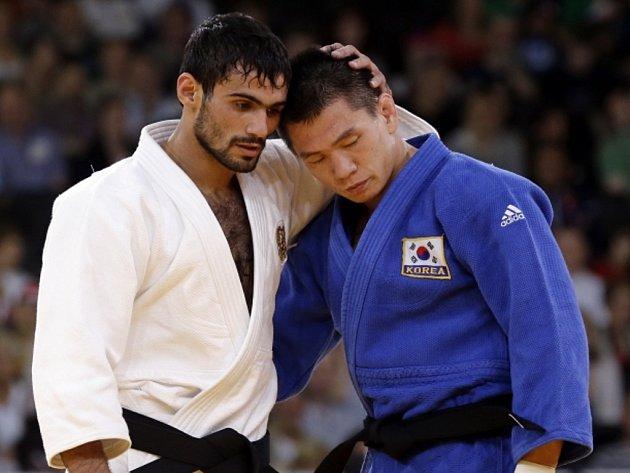 Ruský judista Arsen Galstjan (vlevo) získal na olympijských hrách v Londýně zlato v kategorii do 60 kg.