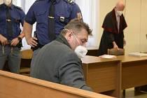 Jaromír Prokop čeká 27. července 2021 na začátek jednání středočeského krajského soudu v Praze. Už dříve byl v nepřítomnosti odsouzen ke 13,5 roku vězení za loupeže v rámci takzvaného Berdychova gangu