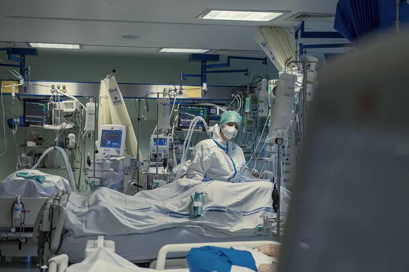Zdravotnice na oddělení pro pacienty s těžkým průběhem onemocnění covid-19 - ilustrační foto