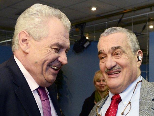 Kandidáti na prezidenta Karel Schwarzenberg (vpravo) a Miloš Zeman vystoupili 13. ledna v Praze v diskusním pořadu České televize Otázky Václava Moravce.