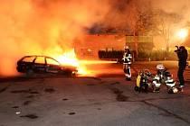 Nezaměstnanost, přistěhovalci a chudoba...Lidé ve Stockholmu nejsou se svou situací spokojení. Výtržníci zapalovali auta, rozbíjeli okna...