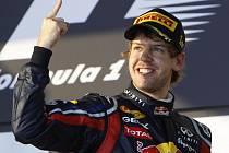 Sebastian Vettel slaví vítězství ve Velké ceně Austrálie.
