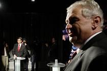 Jan Fischer (vlevo) a Miloš Zeman při předvolební debatě televize Nova