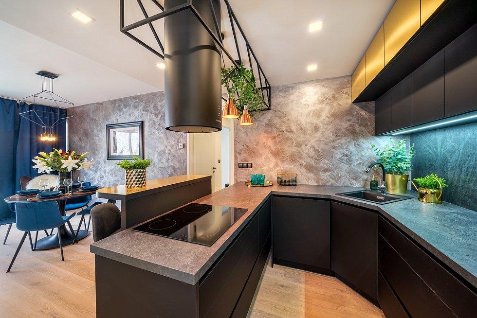 Prvky v zářivých měděných tónech se objevují v podobě kuchyňských svítidel či květináčů.