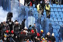 V zápase Ostravy se Spartou museli proti chuligánům na tribunách zasahovat těžkooděnci.