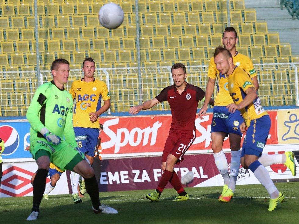 Fotbalisté Sparty (v rudém) proti Teplicím.