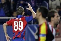 Tomáš Necid se raduje z gólu, který vstřelil v utkání Ligy mistrů proti Seville.