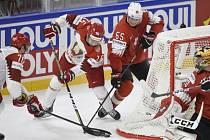 Utkání skupiny A mistrovství světa v hokeji: Švýcarsko - Bělorusko. Zleva Charles Linglet a Geoff Platt z Běloruska, Ramon Untersander a brankář Reto Berra, oba ze Švýcarska.