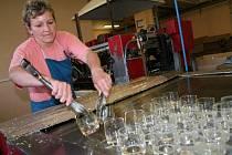 Sklárny v Karolince částečně obnovily výrobu, do práce 17. srpna nastoupilo osm desítek lidí.