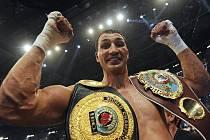 Ukrajinec Vladimir Kličko obhájil boxerské tituly organizací WBO, IBO a IBF.