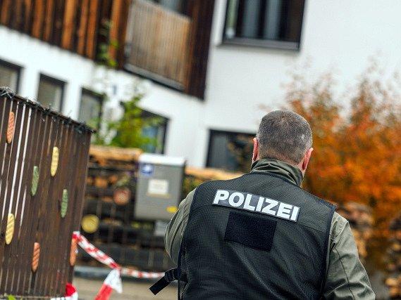 Devětačtyřicetiletý muž začal střílet bez varování. Úředníci v doprovodu policistů mu přišli odebrat legálně držené zbraně.