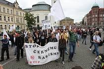 V Novém Boru na Českolipsku se sešly zhruba tři až čtyři stovky příznivců Dělnické strany sociální spravedlnosti (DSSS). Po krátkém pochodu městem si na náměstí Míru vyposlechly projev předsedy strany Tomáše Vandase a poslouchají další.