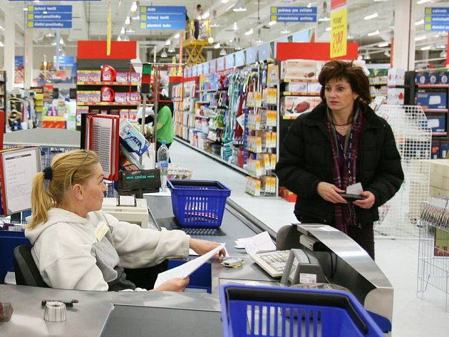 V českých supermarketem většinou tašku k nákupu dostanete. Ale igelitovou.