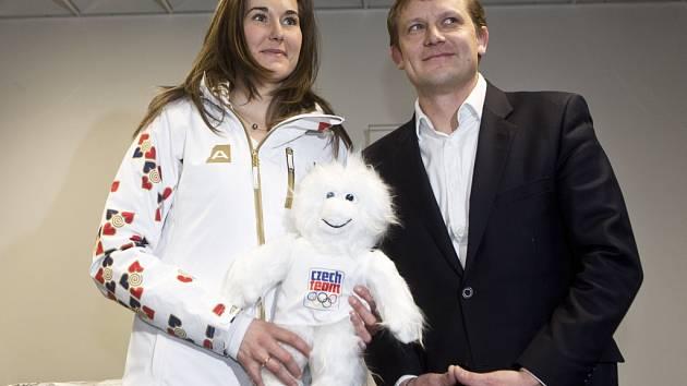 Sportovní ředitel ČOV Martin Doktor s vlajkonoškou české výpravy Šárkou Strachovou.
