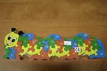 Dřevěná hračka ve tvaru housenky.