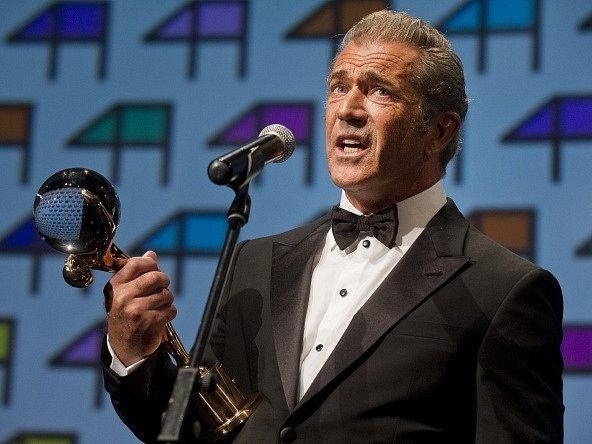 Hollywoodský herec, režisér a producent Mel Gibson převzal 4. července při slavnostním zahájení 49. ročníku Mezinárodního filmového festivalu Karlovy Vary Křišťálový globus za mimořádný umělecký přínos světové kinematografii.