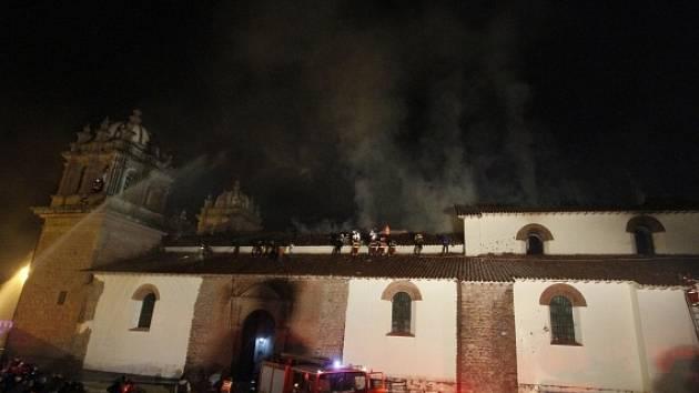 Požár z velké části zničil známý barokní kostel v peruánském městě Cuzco.