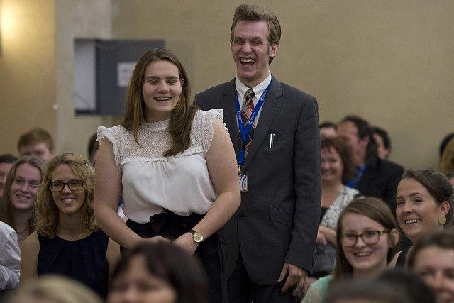 Čerství nositelé ocenění sledují ceremoniál předávání cen vévody z Edinburghu 6. června v sídle ministerstva kultury v Praze.