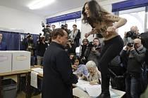 Průběh italských parlamentních voleb narušila polonahá aktivistka