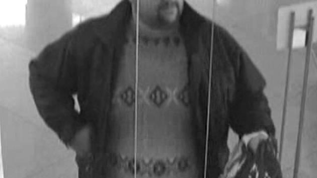 Pachatel přepadení, foto ze záznamu bezpečnostní kamery
