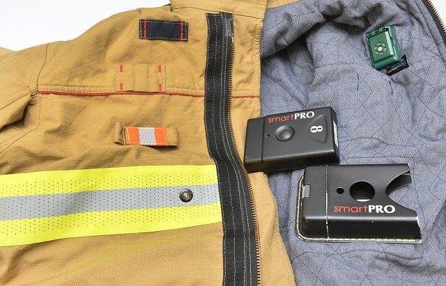 Speciální chytré zásahové obleky a rukavice pro hasiče, na jejichž vývoji se podíleli výzkumníci z Plzně a firmy z ČR, zvítězily v mezinárodním předkomerční soutěži v Bruselu.
