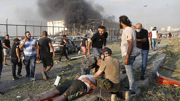Muž zraněný při explozi v libanonském Bejrútu, 4. srpna 2020
