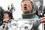 Rozhořčení Moskvané se před domem Anny Politkovské sešli i v neděli, přicházeli i s fotografi emi své oblíbené novinářky.