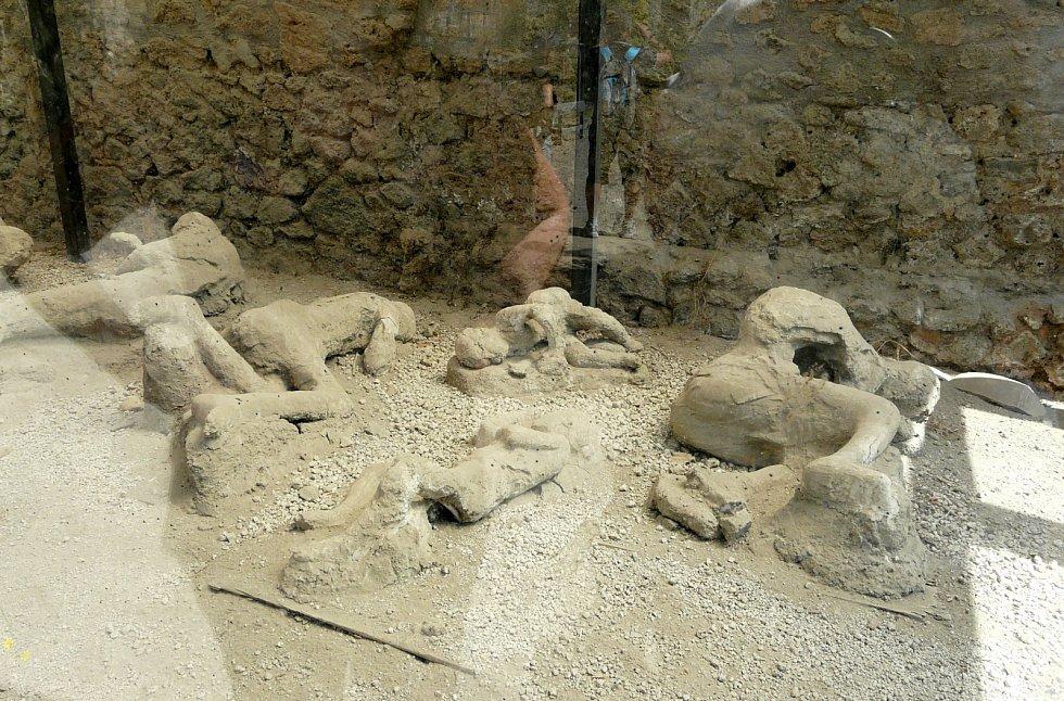 Lidské pomníčky a mezi nimi vyhřívající se ještěrky