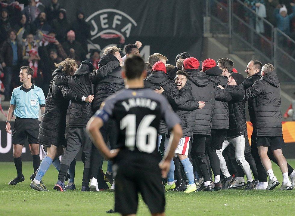 Fotbalisté Slavie se radují z postupu do čtvrtfinále Evropské ligy.