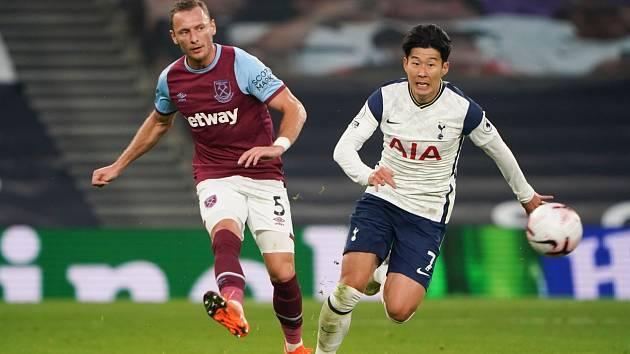 Vladimír Coufal (vlevo) v zápase West Hamu proti Tottenhamu.