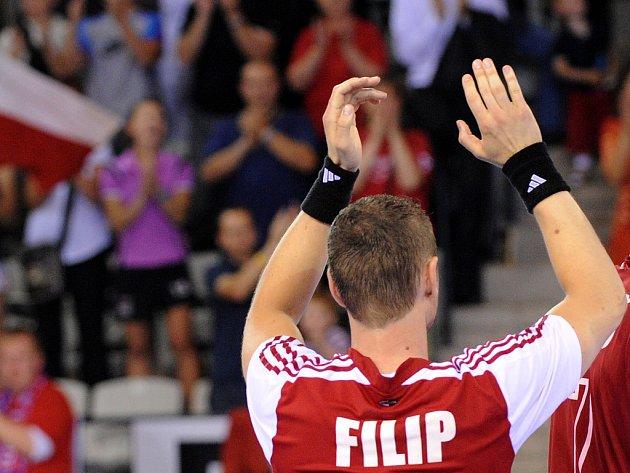 Jan Filip tleská po vítězném utkání s Lotyšskem českým fanouškům.