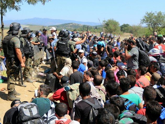 Řecká policie dnes na ostrově Lesbos rozháněla slzným plynem uprchlíky, kteří se snažili dostat na trajekt do Pirea.  Ilustrační foto.