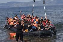 Řecká pobřežní stráž objevila v průběhu uplynulého víkendu ve vodách v okolí řeckých ostrovů téměř 2500 běženců, kteří se pokoušeli přepravit k evropským břehům.